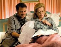 """François Ozon im Bett mit Hauptdarstellerin Catherine Deneuve am Set von """"Das Schmuckstück"""" (Foto: Concorde)"""