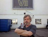"""Mit Vollbart ließ sich Mark Hamill von seinem Sohn Nathan für ein Kunstprojekt vor einer Studiohalle für """"Episode VII"""" fotografieren - sieht er also so auch im Film aus? (Foto: Mark Hamill via Instagram)"""